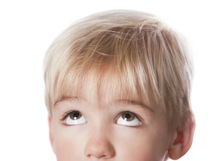 Detail portret van een grappig jongetje opzoekt.