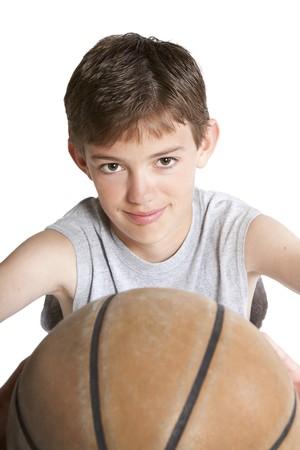 Jonge tiener bedrijf basket bal. Op wit wordt geïsoleerd.  Stockfoto