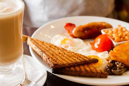 papas doradas: Desayuno Ingl�s y Latte Foto de archivo