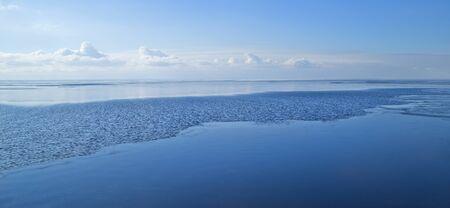 ciel avec nuages: au nord courant marin, la bande de l'�coulement sur la surface de l'eau