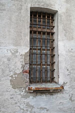 rejas de hierro: ventana con barras de hierro, antiguo fuerte wal