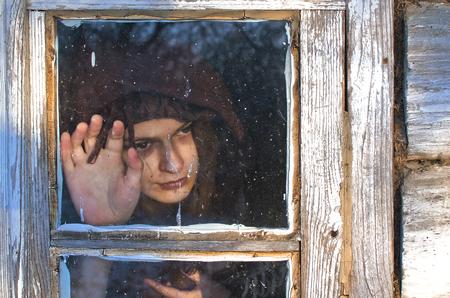 この女性は明らかに非常に悲しいです、彼女は窓の外を見て、ガラスをなでて、誰かが決して来ない意志を待つことができます