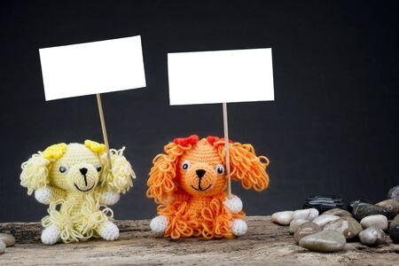 conflictos sociales: muñecas perro sosteniendo una pancarta