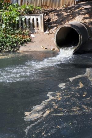 aguas residuales: Dirty drenaje, contaminación del agua en el río Foto de archivo