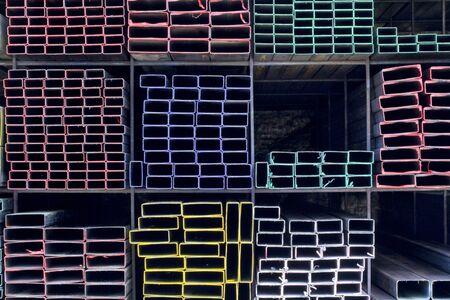 materiales de construccion: Diferentes tipos de tubos metálicos para la construcción Foto de archivo