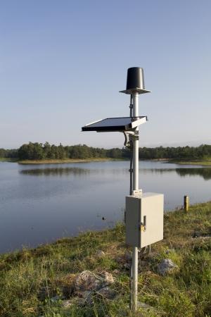 rain gauge: Pluvi�metro de la presa Foto de archivo