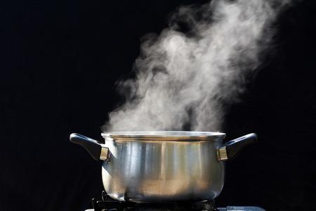 steel pan: vapor en la olla en la cocina