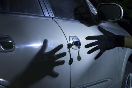 robo de autos: Ladrón de coche en el estacionamiento Foto de archivo