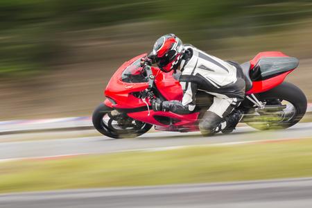 motor race: Motorcycle praktijk leunend in een snelle bocht op de rails
