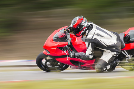 motor race: Motorfiets praktijk leunend in een snelle bocht op de rails Stockfoto