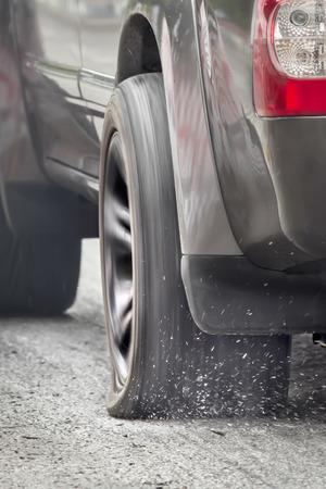 SUV 車フラット タイヤを実行 写真素材