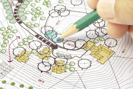 arquitecto: Landscape Architect Designing in situ plan de an�lisis Foto de archivo