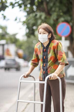 pollution air: Anciana china llevaba m�scara de protecci�n contra la contaminaci�n del aire.