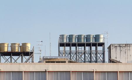 fiberglass: Los tanques de agua en la azotea del edificio