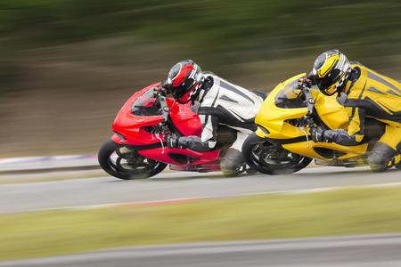 Twee motorfiets in bocht weg. Stockfoto