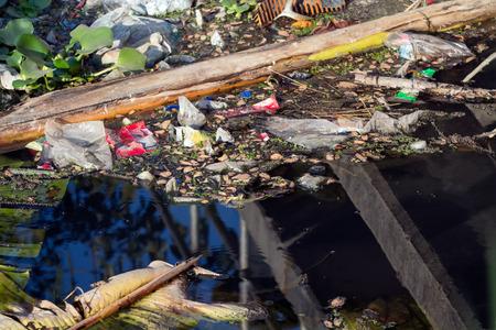 source d eau: Rivi�re pollu�e avec divers d�chets et ordures Banque d'images