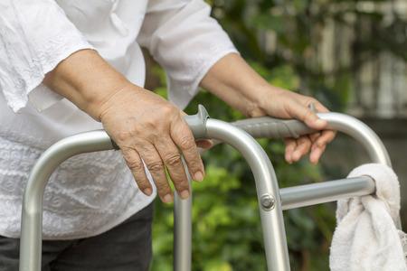 marcheur: Une femme âgée utilisant un déambulateur