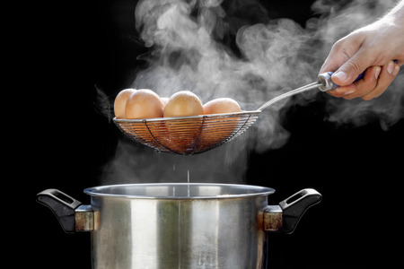 boiling eggs in stainless steel pot 版權商用圖片 - 36311033