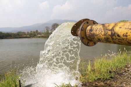 bomba de agua: Bomba de llenado de agua en el depósito, almacenamiento antes de la sequía en verano Foto de archivo