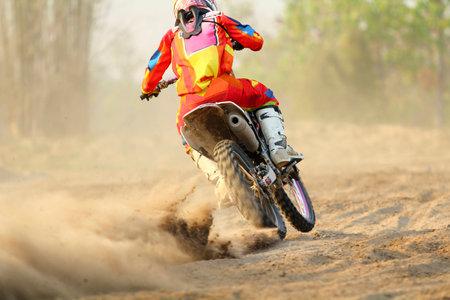 super cross: Corredor del motocrós acelerar la velocidad en pista Foto de archivo
