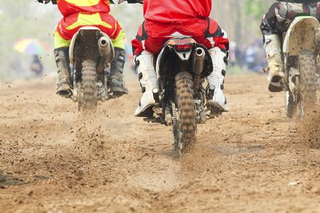 motor race: Motorcross racer versnellen snelheid in de baan Stockfoto