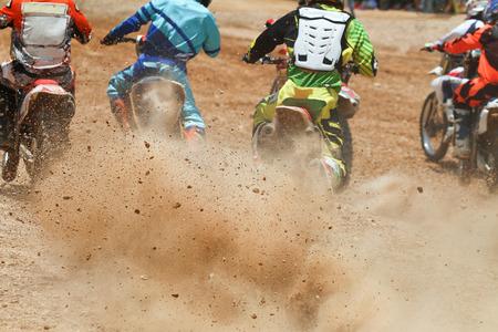 motor race: Dirt puin van een motorcross wedstrijd Stockfoto