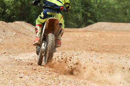 super cross: corredor de motocross acelerar la velocidad en pista