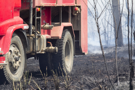 coche de bomberos: Cami�n de bomberos despu�s de combatir incendios forestales Foto de archivo
