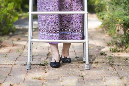Oudere vrouw met behulp van een rollator thuis. Stockfoto