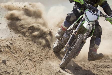 super cross: Motocrós velocidad de aumento piloto en la pista Foto de archivo