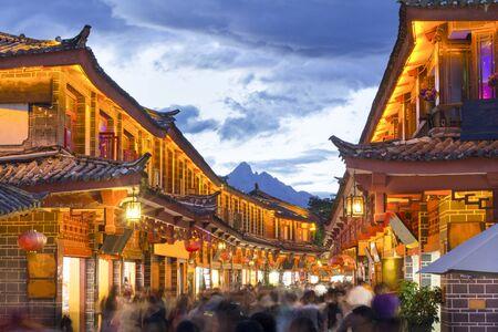 Lijiang oude stad in de avond met kraaide toerist. Lijiang, Yunnan, China.