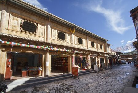 la: SHANGRI LA, CHINA, JUNE 24, 2015: Chinese-Tibetan architecture style in old town . People are walking through the historical old town in chinese city shangri-la alias zhongdian , Yunnan China.