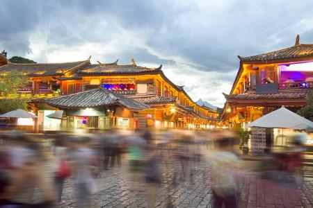 voyage vintage: Lijiang vieille ville dans la soirée avec la foule touristique, Yunnan en Chine.