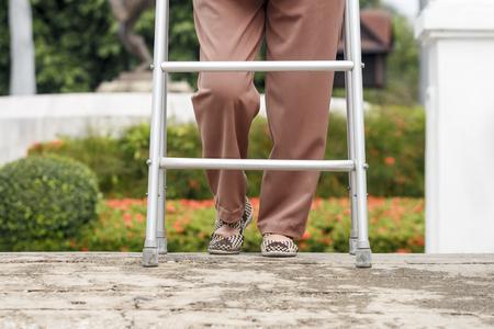 señora mayor: ejercicio Mujer mayor con el caminante en el parque. Foto de archivo