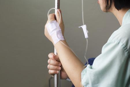 生理食塩水の点滴 iv で入院中の女性患者