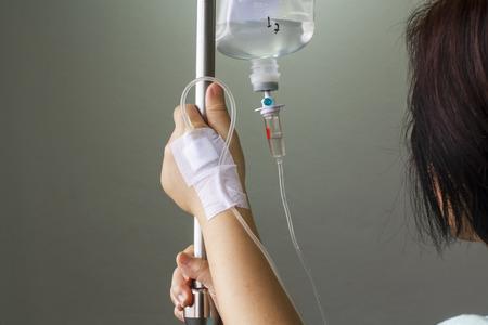 vrouw patiënt in het ziekenhuis met een zoutoplossing intraveneus iv