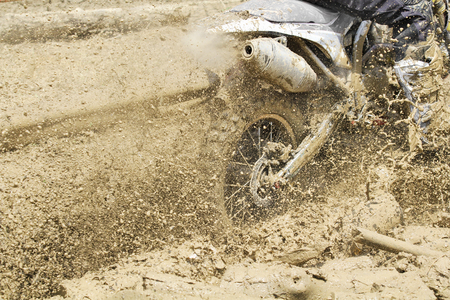 Motocross in modderig spoor Stockfoto