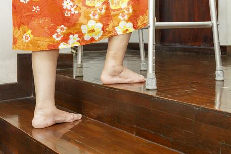 marcheur: femme monter les escaliers �g�es avec Walker � la maison. Banque d'images