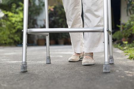 ancianos caminando: mujer mayor con un andador en casa
