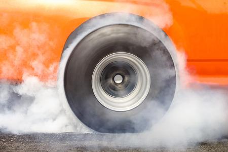 neumaticos: coche de carreras quema de caucho de los neum�ticos en la preparaci�n para la carrera Foto de archivo