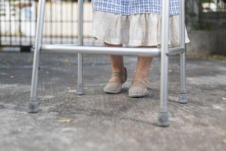 persona caminando: mujer mayor con un andador en casa