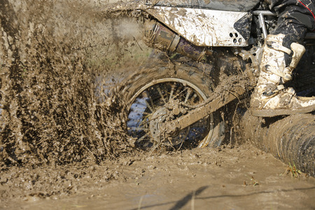 Enduro wheel in muddy track ,climbing log obstacle Banco de Imagens