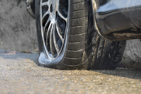 Car flat tire in rainy day Stockfoto