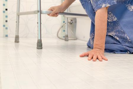 persona de la tercera edad: ancianos cayendo en el baño ya que las superficies resbaladizas Foto de archivo