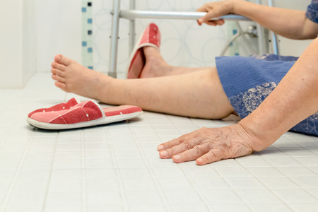 elderly falling in bathroom because slippery surfaces Imagens - 61012349
