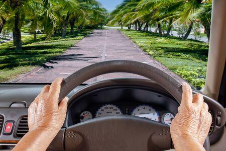 despacio: Mujer mayor Get Lost Camino en el camino rural