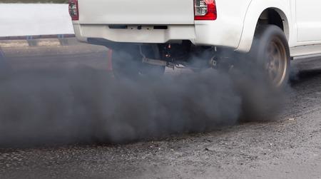 Pollution de l'air à partir de tuyaux d'échappement du véhicule sur la route Banque d'images