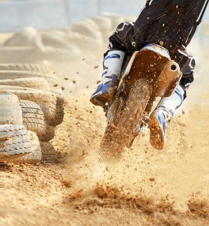 super cross: motocross aumento de velocidad en bicicleta en la pista