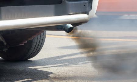 La contaminación del aire de la tubería de escape de los vehículos en la carretera