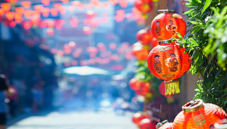 중국 마을에서 중국 새 해 등불.